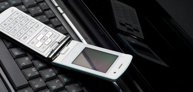 телефон на ноутбуці